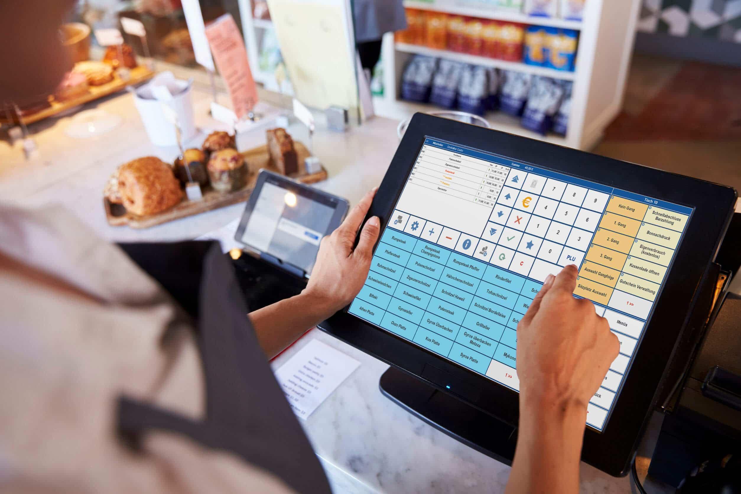 Nahaufnahme einer Mitarbeiterin, die an der Feinkostkasse (Shop) mit der PosSoft Kassensoftware des Kassenterminals arbeitet
