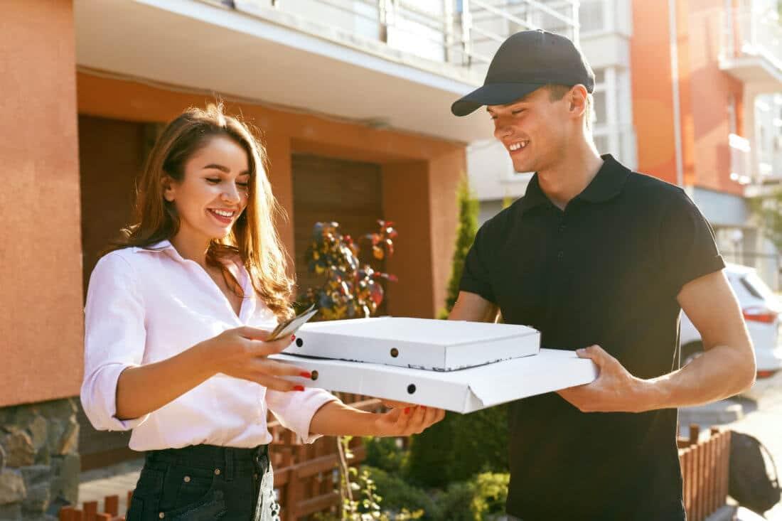 Pizza-Lieferung. Kurier, der einer Frau Pizzen Liefert: Lieferservice anbieten, Onlineshop Add-On Kassensoftware Erweiterung