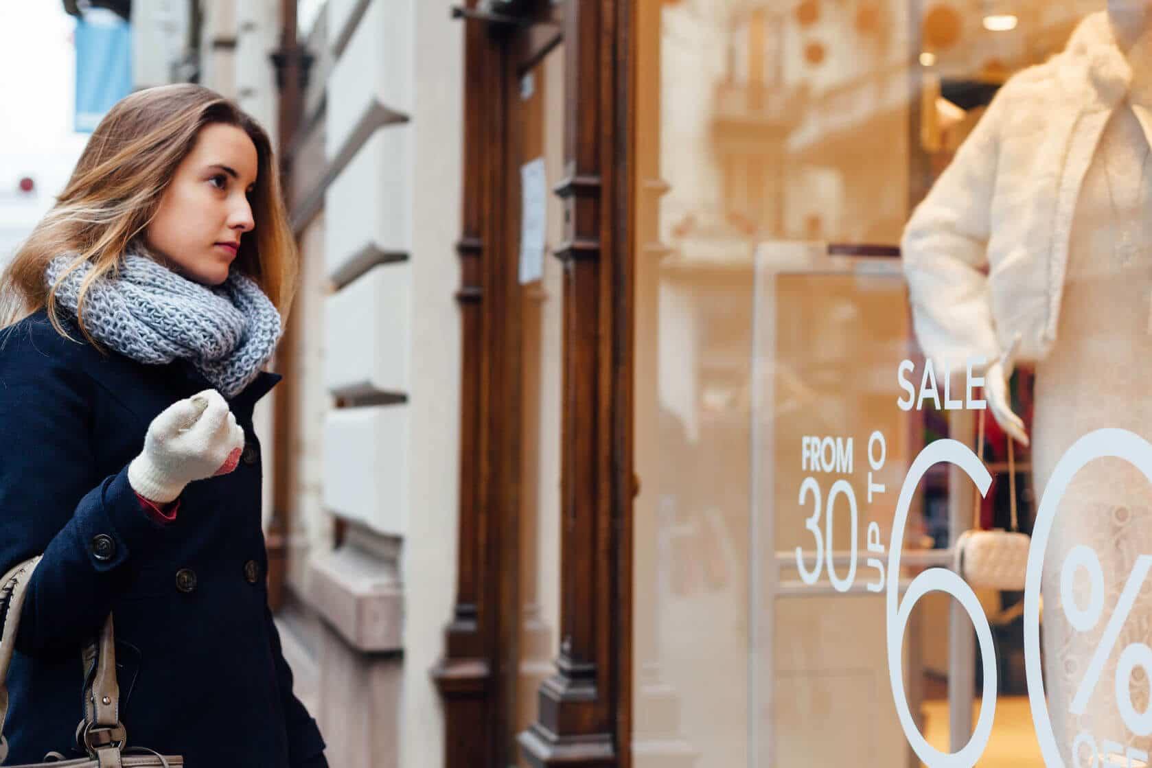 schöne Frau vor einem Einzelhandel mit Handschuhen: PosSoft Kassensoftware und Kassendienstleistungen von GastroSoft