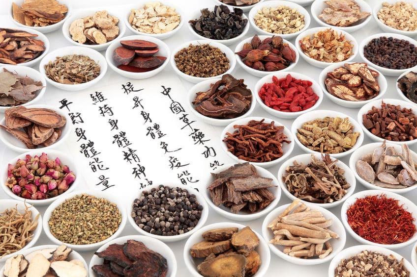 Chinesische Schriftzeichen mit vielen Gewürzen in weißen Schaalen als Kassensoftware Unterstützung von chinesischen Übersetzungen des Kassensystems
