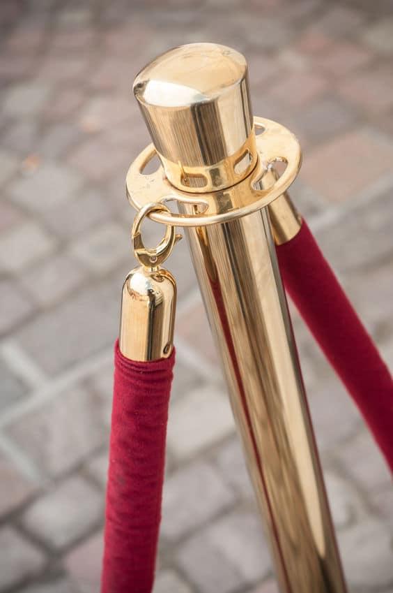 Nahaufnahme des roten Teppichs zwischen dem goldenen Zaun am VIP-Eingang, GastroSoft Club, Kassensoftware, Kassensystem, PosSoft Pro, GastroSoft