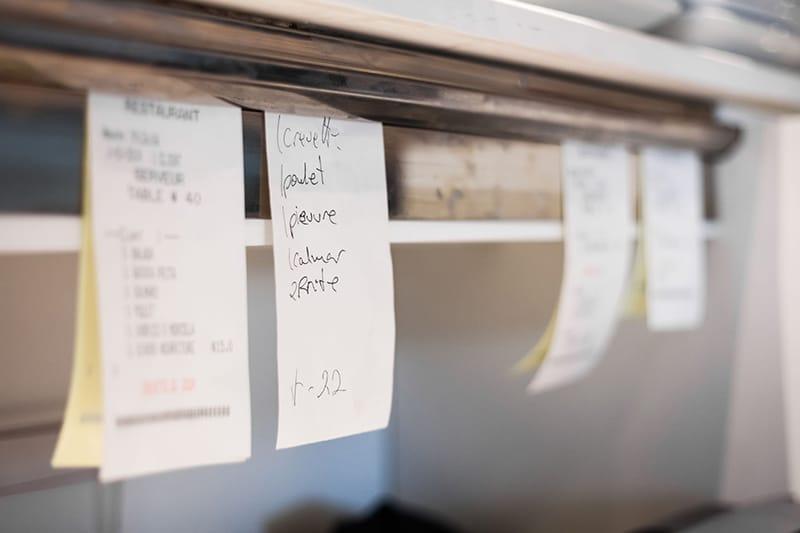 Kassensoftware Erweiterung - Küchendisplay Add-On von GastroSoft: Aufgehängte Bestellnotizen in einer Küche