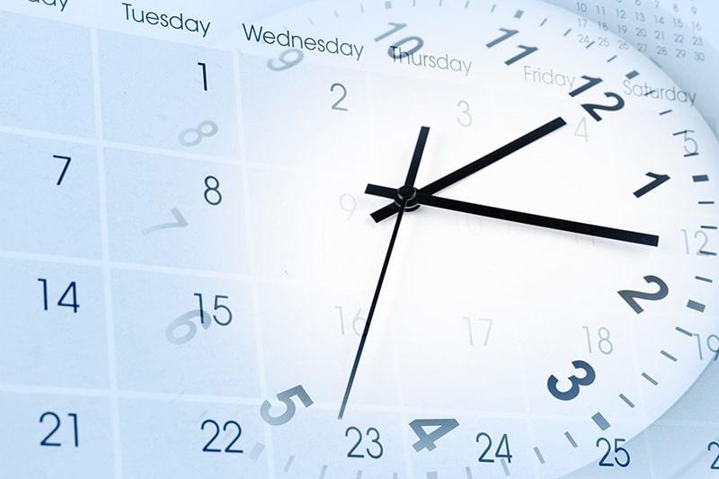 Kalender und runde Uhr mit der aufschrift Zeiterfassung, bezugnehmend auf die Erweiterung von GastroSoft