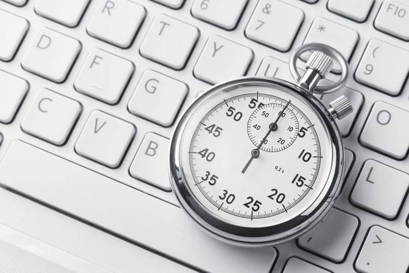 Zeitstopper auf Tastatur: Arbeitszeiten gesetzeskonform erfassen mit dem Zeiterfassung Add-On Kassensoftware Erweiterung