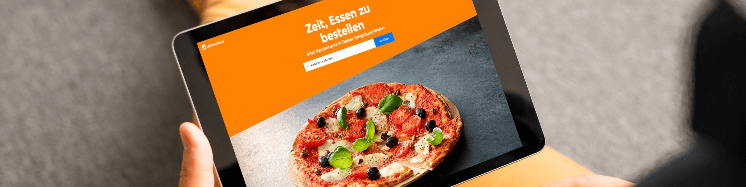 Person am Tablett bestellt, Online-Shop der Kassensoftware Erweiterung, Lieferdienst anbieten Add-On von GastroSoft