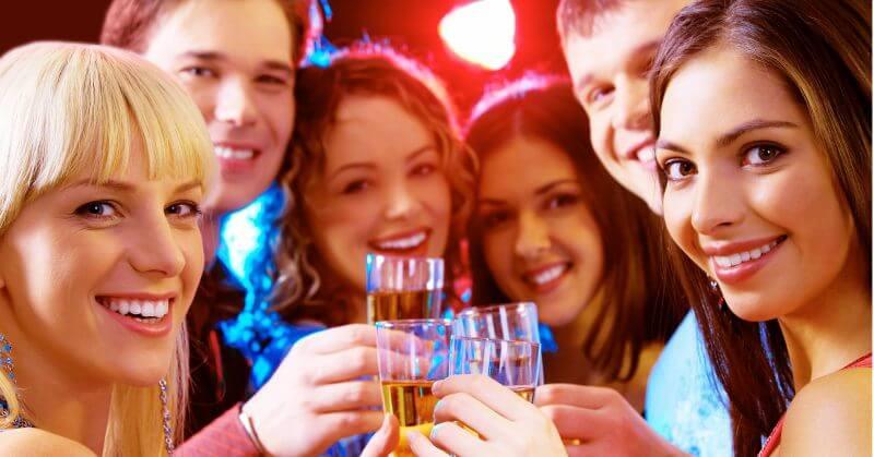 Trinkende Freunde, drei Frauen, zwei Männer, Gläsern in den Händen