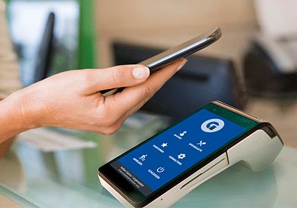 Frau zahlt mit Smartphone an der myPOS SMART N5 Kassenhardware