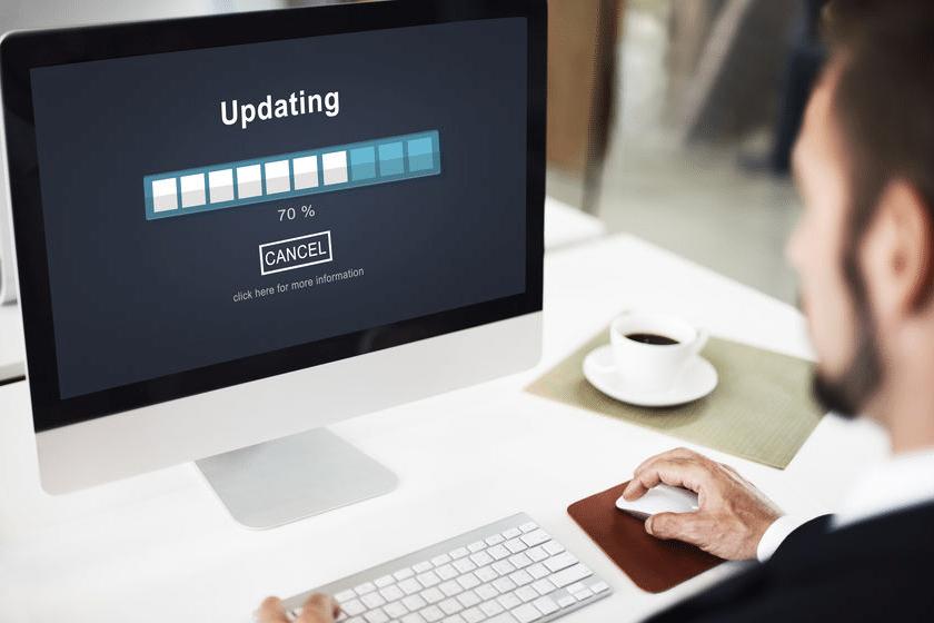 Updates Vorteil des PosSoft Pro im GastroSoft Club: iMac mit Updating Anzeige mit einem Mann davor