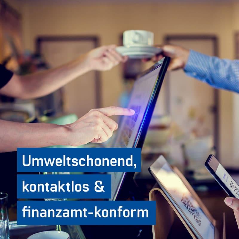 Gastronom übergibt den neuen digitalen Kassenbon von GastroSoft an einen Kunden - Digitaler Kassenbeleg die papierlose alternative