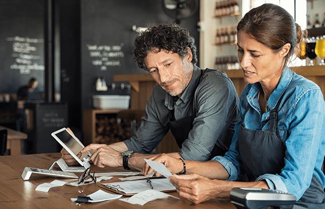 Café Besitzerpaar sichtet Angebot über professionelle Kassensystemlösungen von GastroSoft und reicht Überbrückungshilfe III Antrag ein