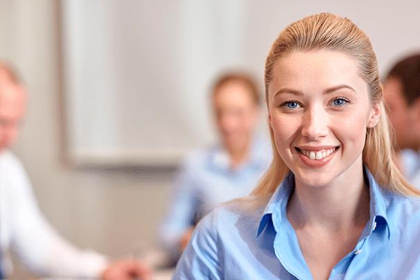 Glückliche Frau lächelt in die Kamera. Sie ist ein zufrieden mit Ihrer GastroSoft CLUB Mitgliedschaft, der Mietversion der professionellen Kassensystemlösungen