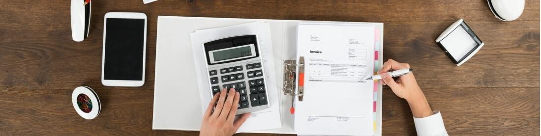 Person am Tisch mit einer Mappe Rechnungen, GoBD konforme Kassensoftware mit der Backoffice Add-On Erweiterung vereinfacht es