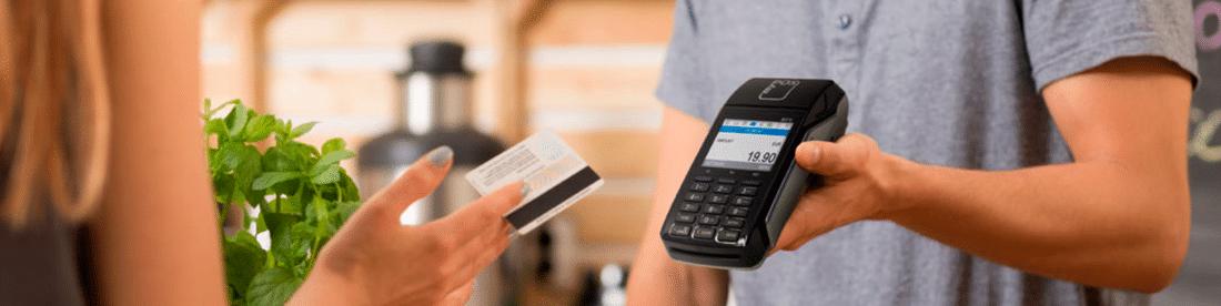 Kartenzahlung einer blonden Frau über das myPOS Combo in Schwarz, Mobiles POS Terminal der Kassenhardware des Kassensystems