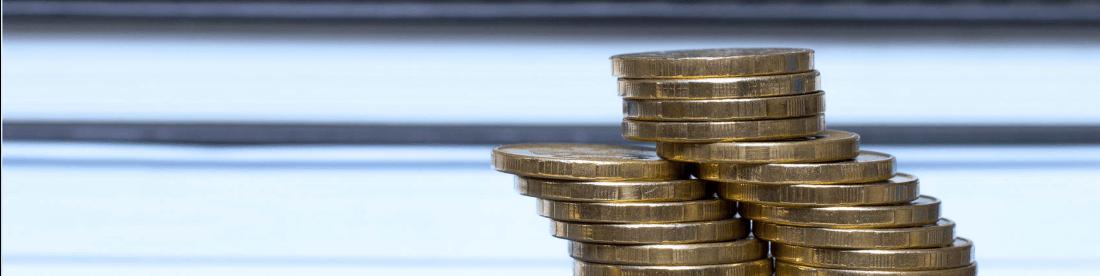 Stapel Euro Münzen mit hellem Hintergrund stehend für die Kassenbuch Add-On Erweiterung der Kassensoftware