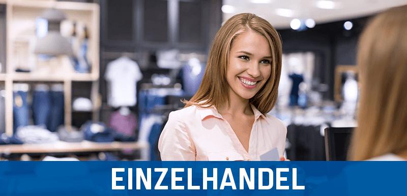 Fröhliche Frau in einem Einzelhandel-Unternehmen, zufireden über ihr Kassensystem und ihre Kassensoftware