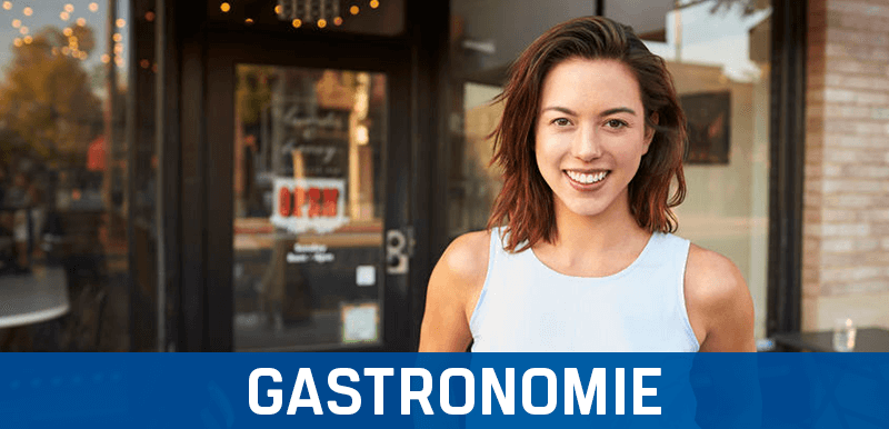 Fröhliche Frau draußen vor einem Gastronomie-Unternehmen, zufireden über ihr Kassensystem und ihre KassensoftwareKassensoftware, TSE Kassenhardware