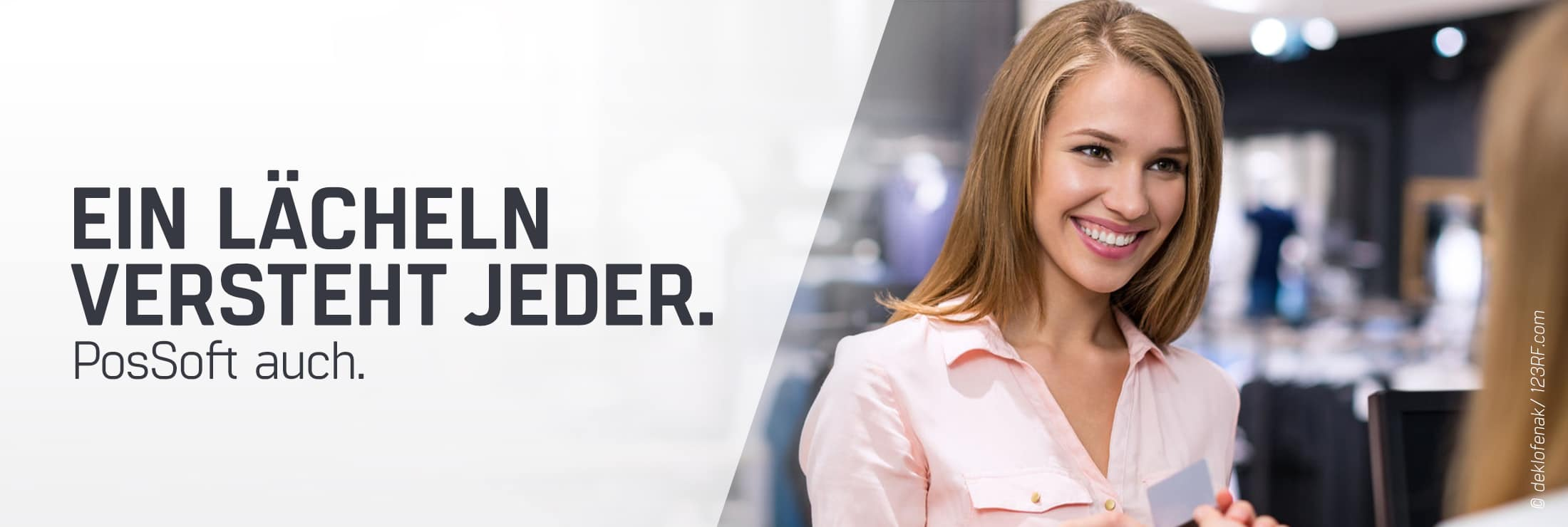 Blonde Frau am bezahlen mit Karte am PosSoft Kassensystem im Einzelhandel - TSE, Kassenhardware und Einzelhandel Kassensoftware