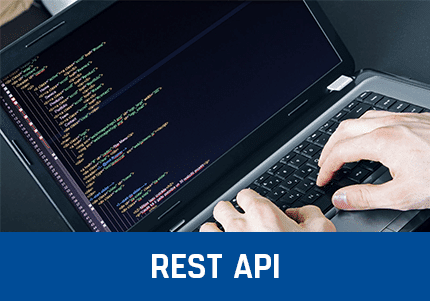 Notebook mit Code, Hände, Kassensoftware Erweiterung - REST-API Add-On von GastroSoft