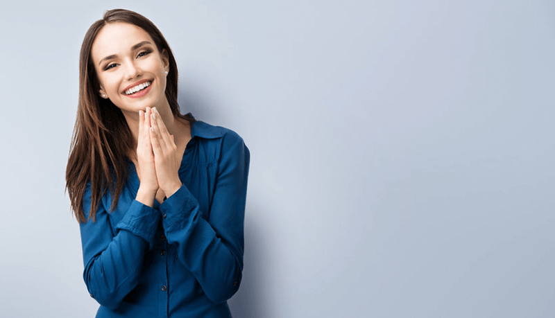lächelnde Frau mit braunen Haaren und blauer Bluse zufrieden über den Support und Kontakt von GastroSoft