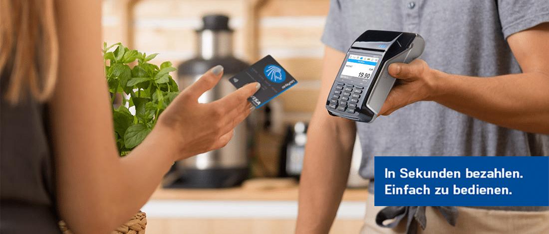 Kartenzahlung einer blonden Frau über das myPOS Combo in Schwarz, Mobiles POS Zahlungsterminal der Kassenhardware des Kassensystems