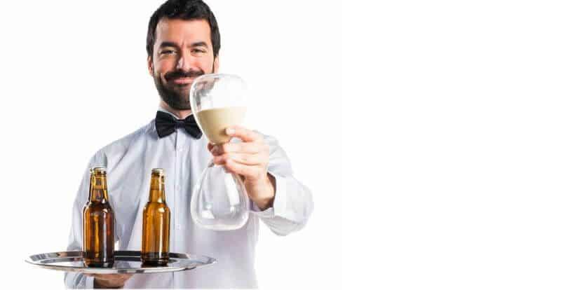 Mann im Hemd und Fliege mit Tablet auf dem Bierflaschen sind und in der anderen Hand eine große Sanduhr: Zeiterfassung Add-On