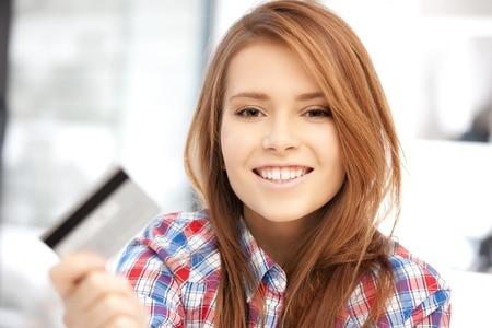 helles Bild, Frau mit EC-Karte, Person mit Kreditkarte, glücklich über die Zahlungsmethode am Kartenterminal