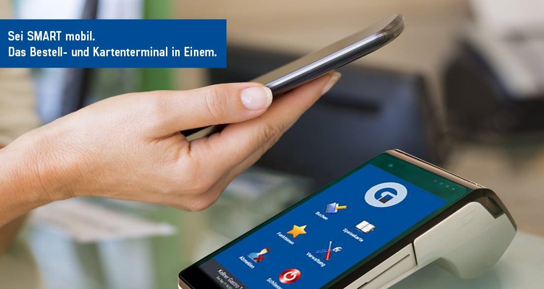 Frau zahlt mit Smartphone an der myPOS SMART Droid Kassenhardware